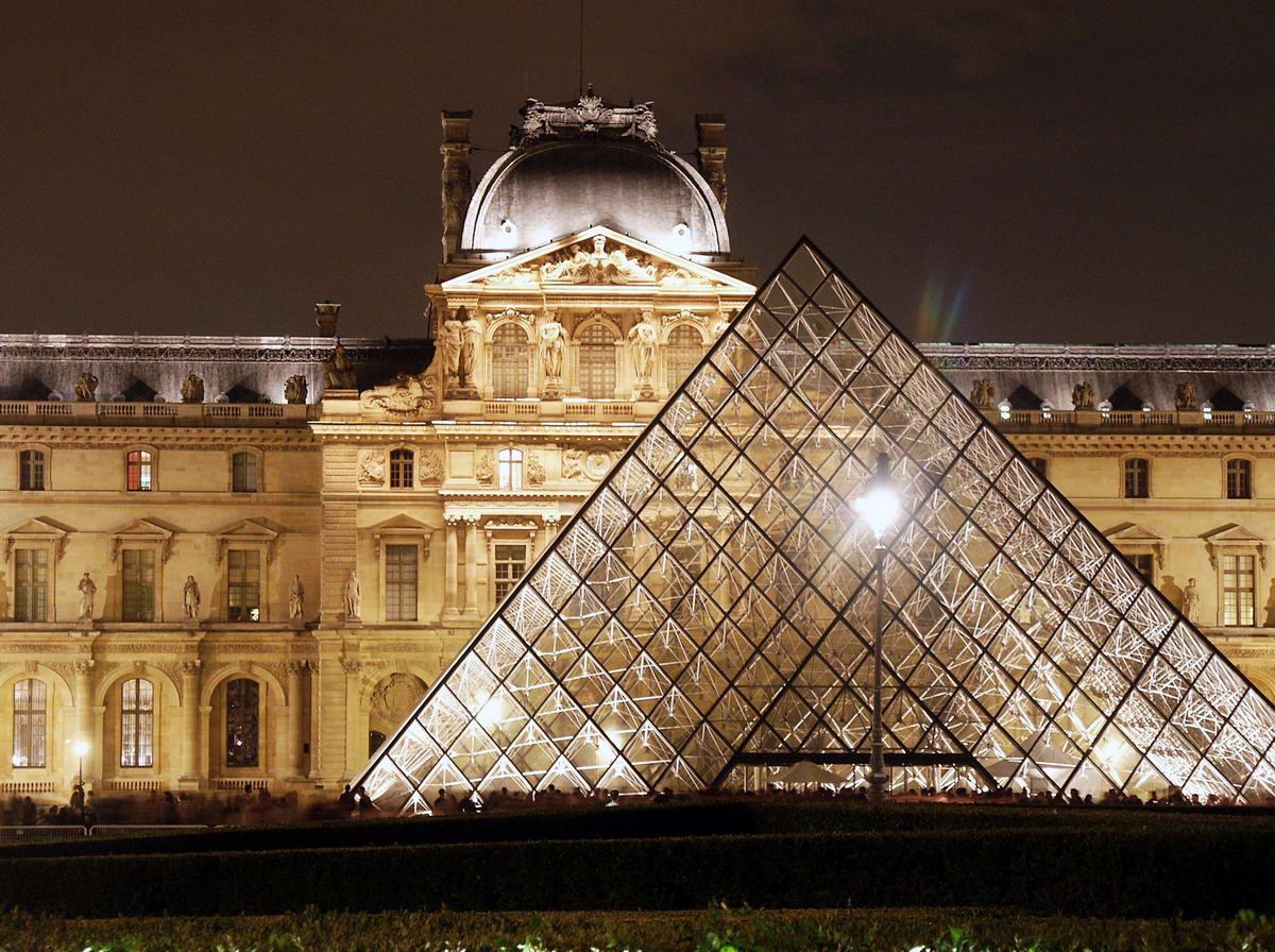 Bảo tàng Louvre là một trong những viện bảo tàng lớn nhất Paris
